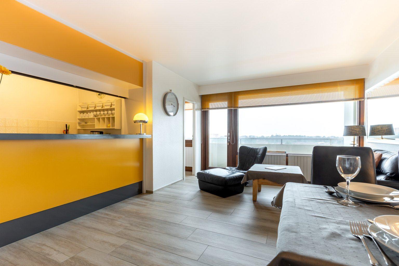 """Wohnzimmer und Küchentresen - St Peter Ording Bad, Haus Atlantic, Wohnung 96 """"Pidder"""""""