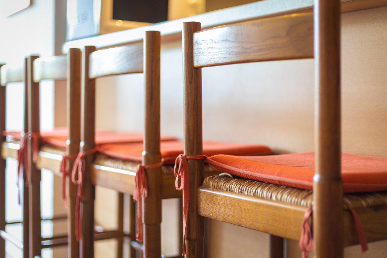 Tresen mit Barstühlen