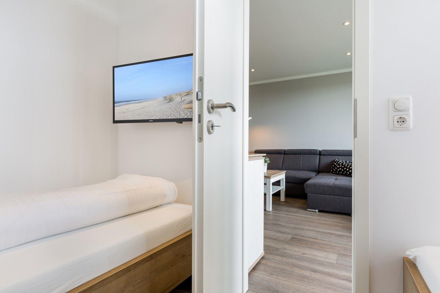2. Schlafzimmer mit TV