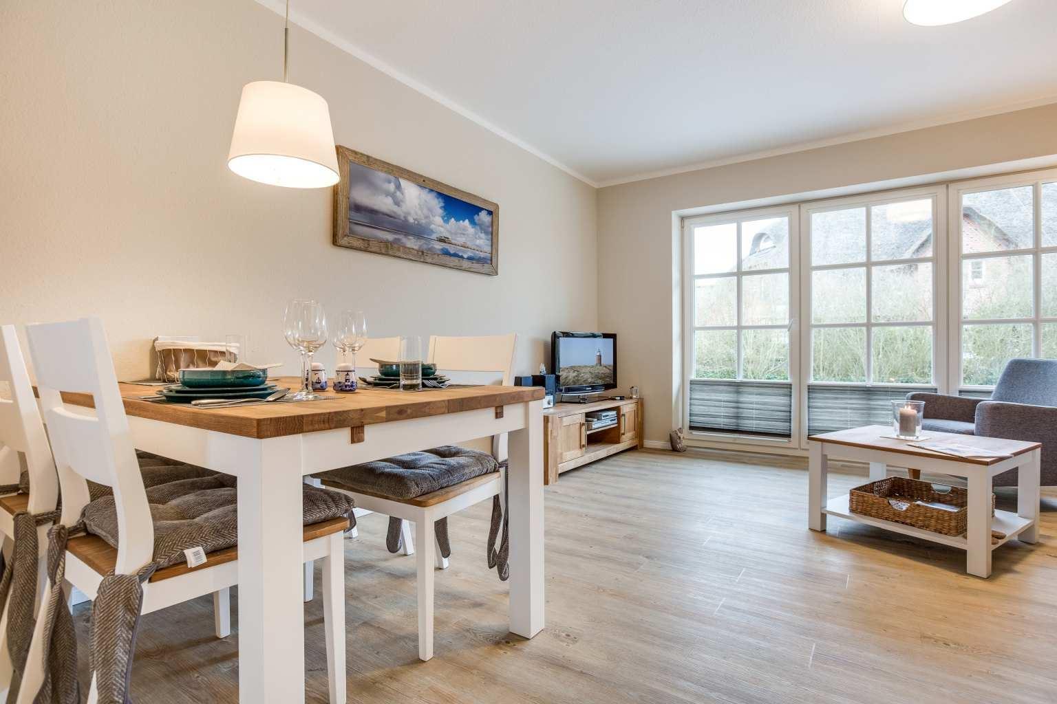 """Wohnzimmer mit Essbereich - St Peter Ording Dorf, Ferienhaus Storchennest, Wohnung 2 """"Nordseetraum 2"""""""