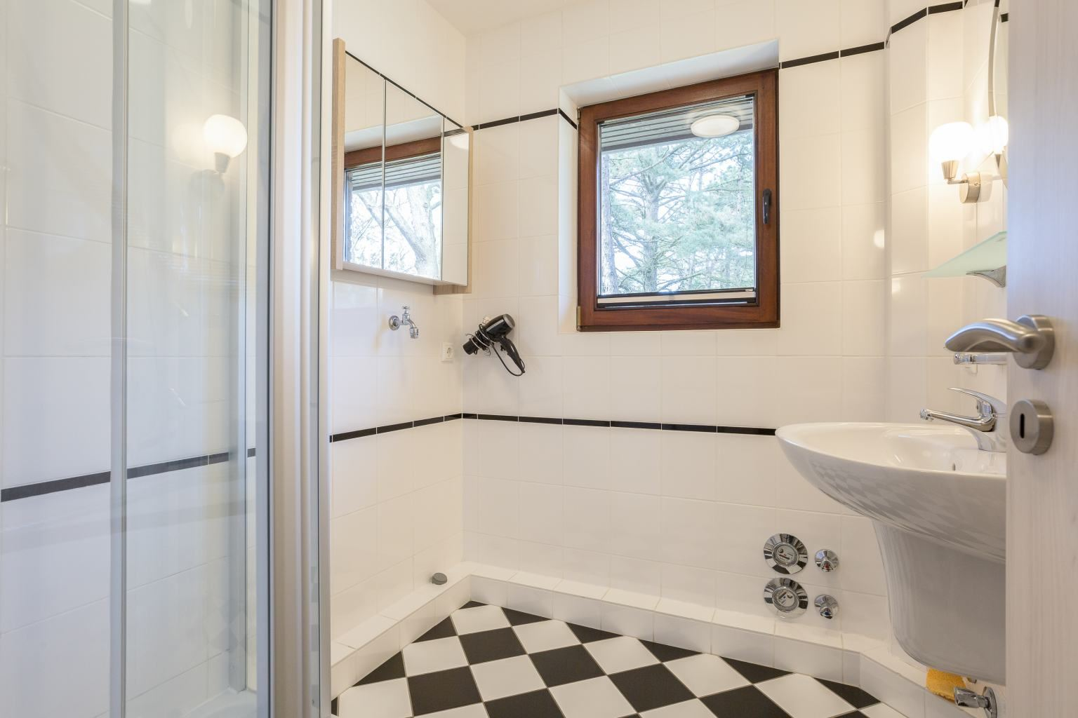 Badezimmer Wohnung 2 vorne (ID 236) Haus Sandpeter,  Im Bad 51-51a, St. Peter-Bad