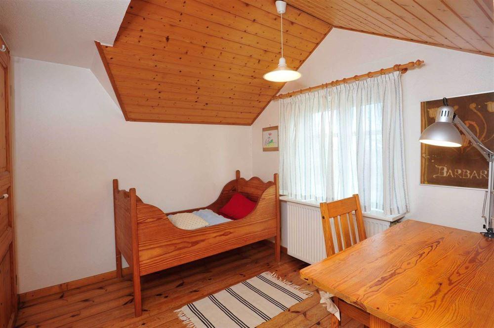 3. Schlafzimmer mit Kinderbett