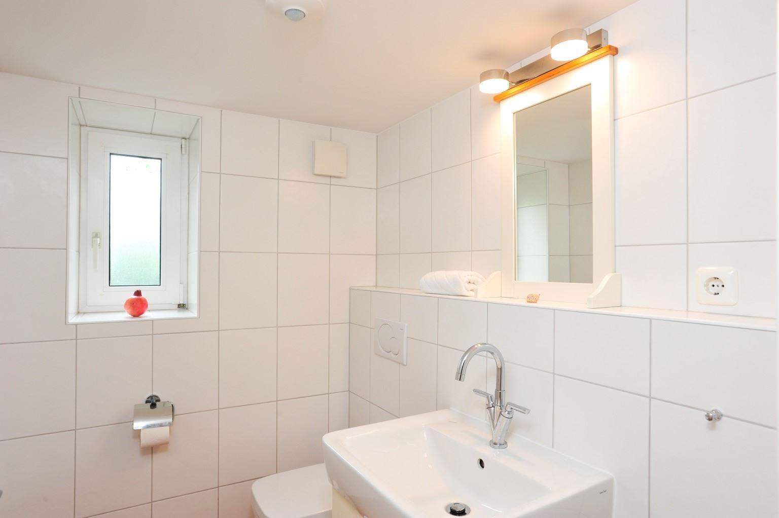 Separates WC mit Waschbecken.