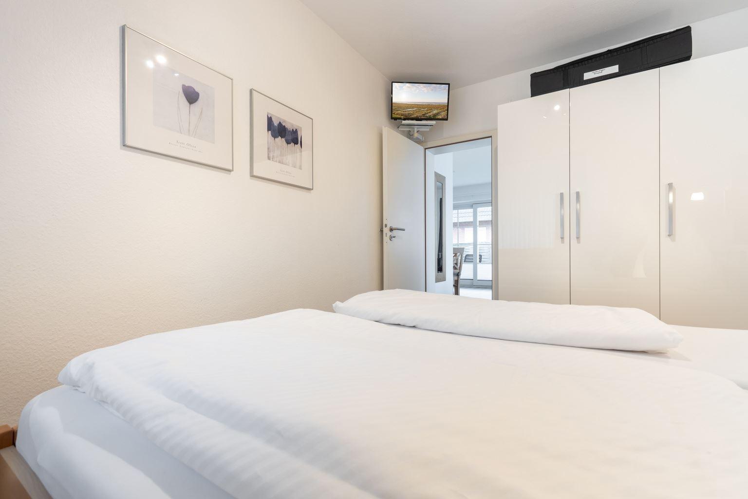 """Schlafzimmer mit TV - St Peter Ording Dorf, """"Hus int Doerp"""", Wohnung 2, Dorfstraße 16"""