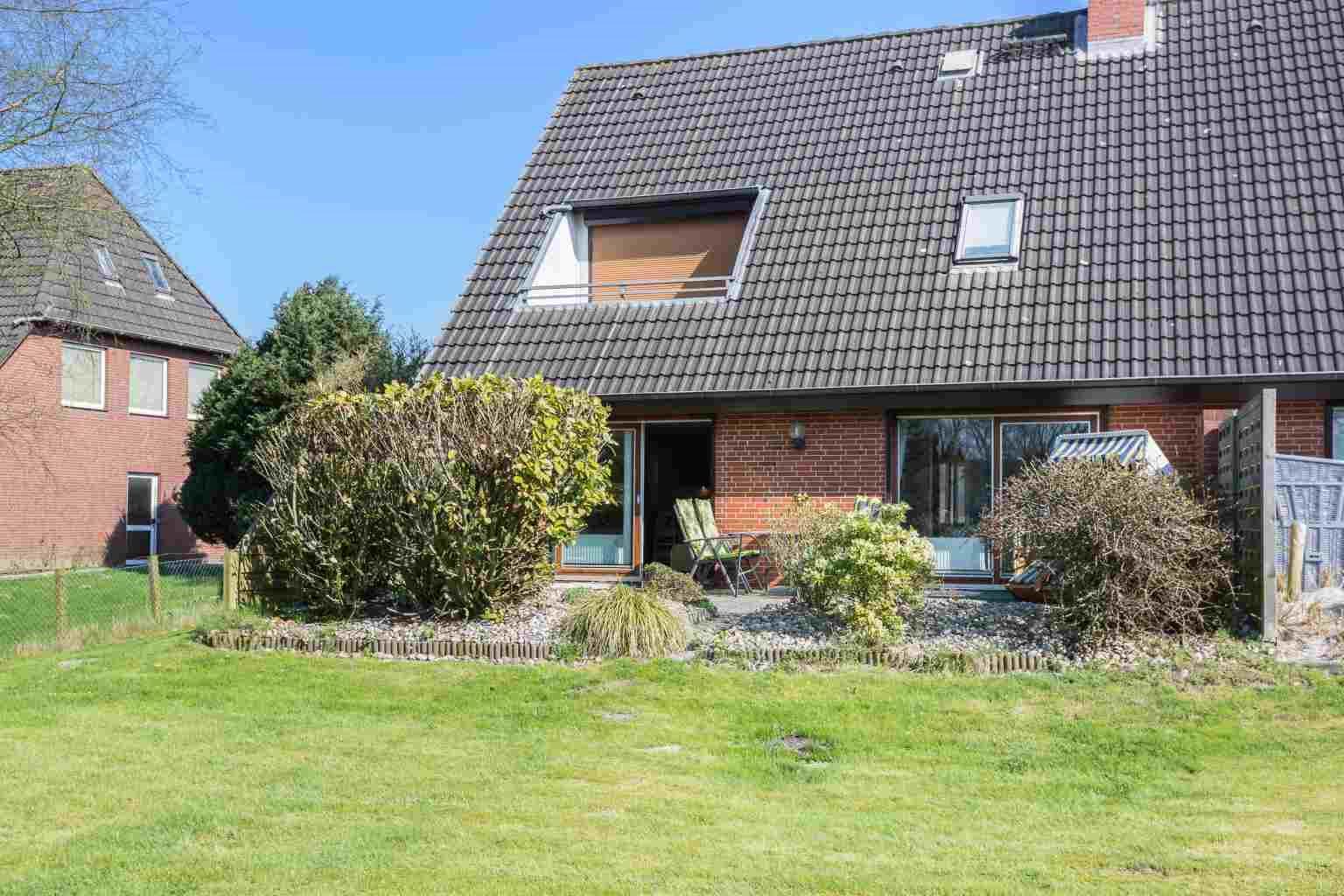 """Gartenterrasse mit Strandkorb - St Peter Ording Dorf, Haus Boevergeest 11, Wohnung """"Kleine Moewe"""""""