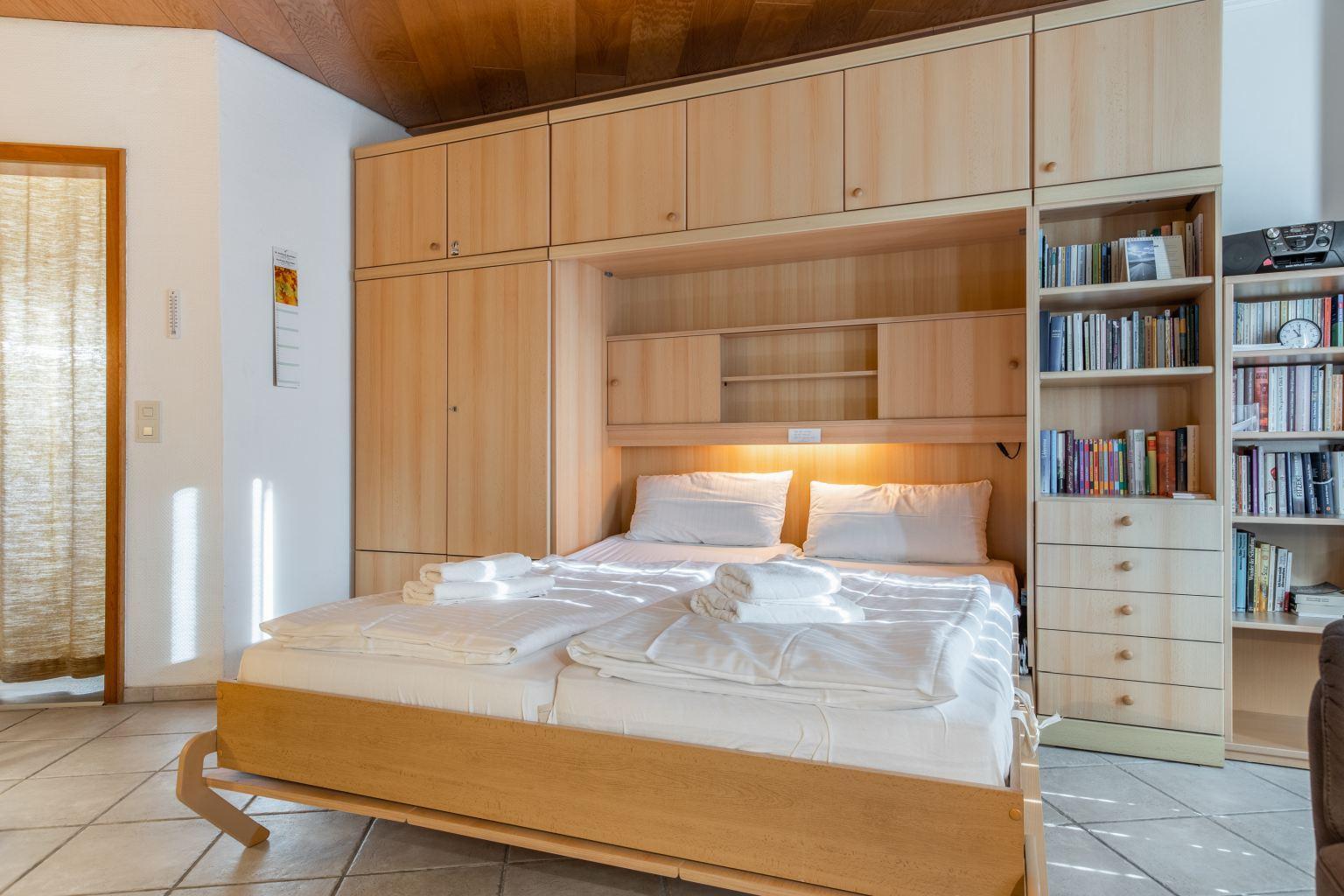 Wohnzimmer mit Schrank-Doppelbett