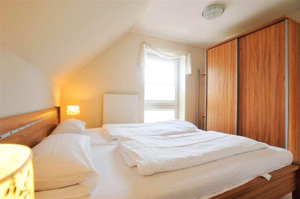 """1. Schlafzimmer - """"Brynjulf Bie"""", 3-Zimmer-Ferienwohnung, Badallee 26-26b, St. Peter-Dorf"""
