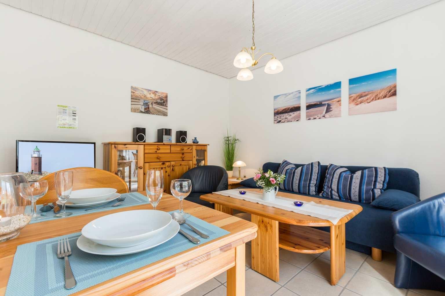 Wohnzimmer mit Essbereich - Haus Sturmmoewe, Wohnung 1, Badallee 27-27a, St. Peter-Dorf