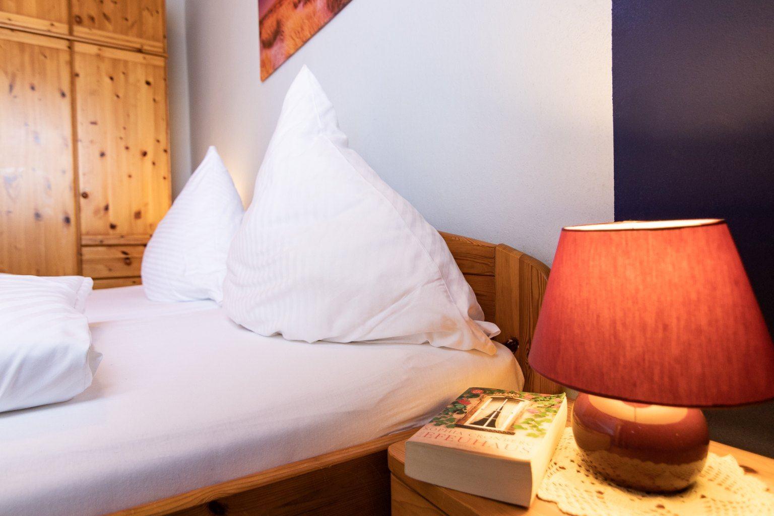 """Schlafzimmerdetail, St Peter Ording Dorf, Haus """"Sturmmoewe"""", Wohnung 2"""