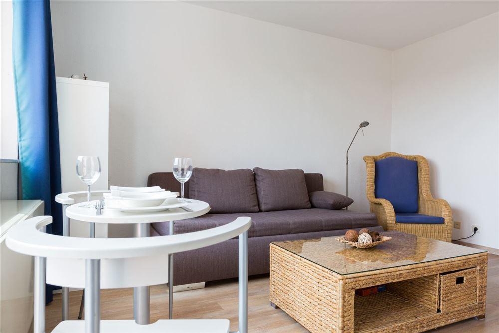 """Wohnzimmer mit Essbereich - Wohnung 45 """"Markwardt"""", 1-Zimmer-Ferienwohnung für bis zu 2 Personen, Fritz-Wischer-Straße 7, St. Peter-Bad, SPO"""