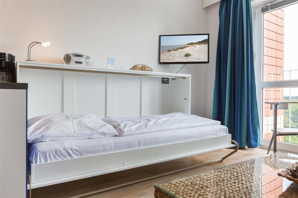 """Wohnzimmer mit Schrankbett - Wohnung 45 """"Markwardt"""", 1-Zimmer-Ferienwohnung für bis zu 2 Personen, Fritz-Wischer-Straße 7, St. Peter-Bad, SPO"""