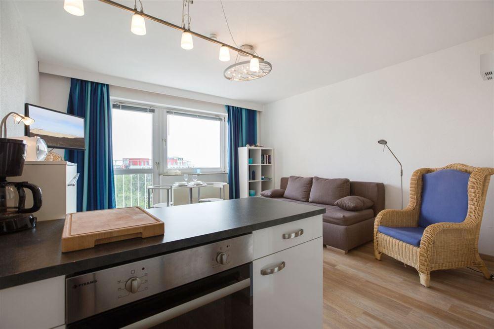 """Wohnzimmer mit Küche - Wohnung 45 """"Markwardt"""", 1-Zimmer-Ferienwohnung für bis zu 2 Personen, Fritz-Wischer-Straße 7, St. Peter-Bad, SPO"""