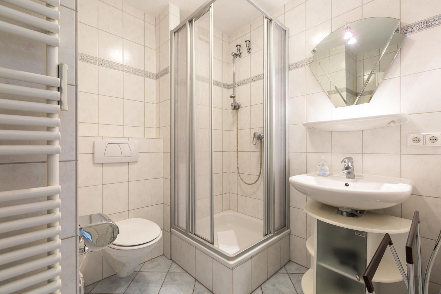 1. Badezimmer - St Peter Ording Bad, Haus Am Kurwald II, Wohnung 7