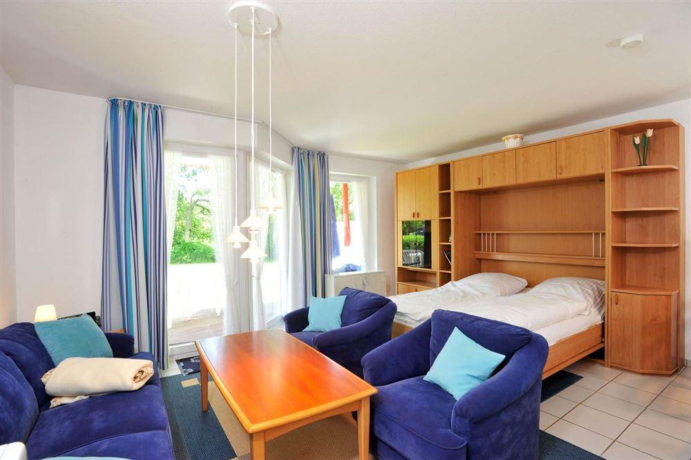 Wohnzimmer mit Schrankbett - Haus Sommerdeich, Wohnung 3A, Westmarken 37a+b, St. Peter-Bad
