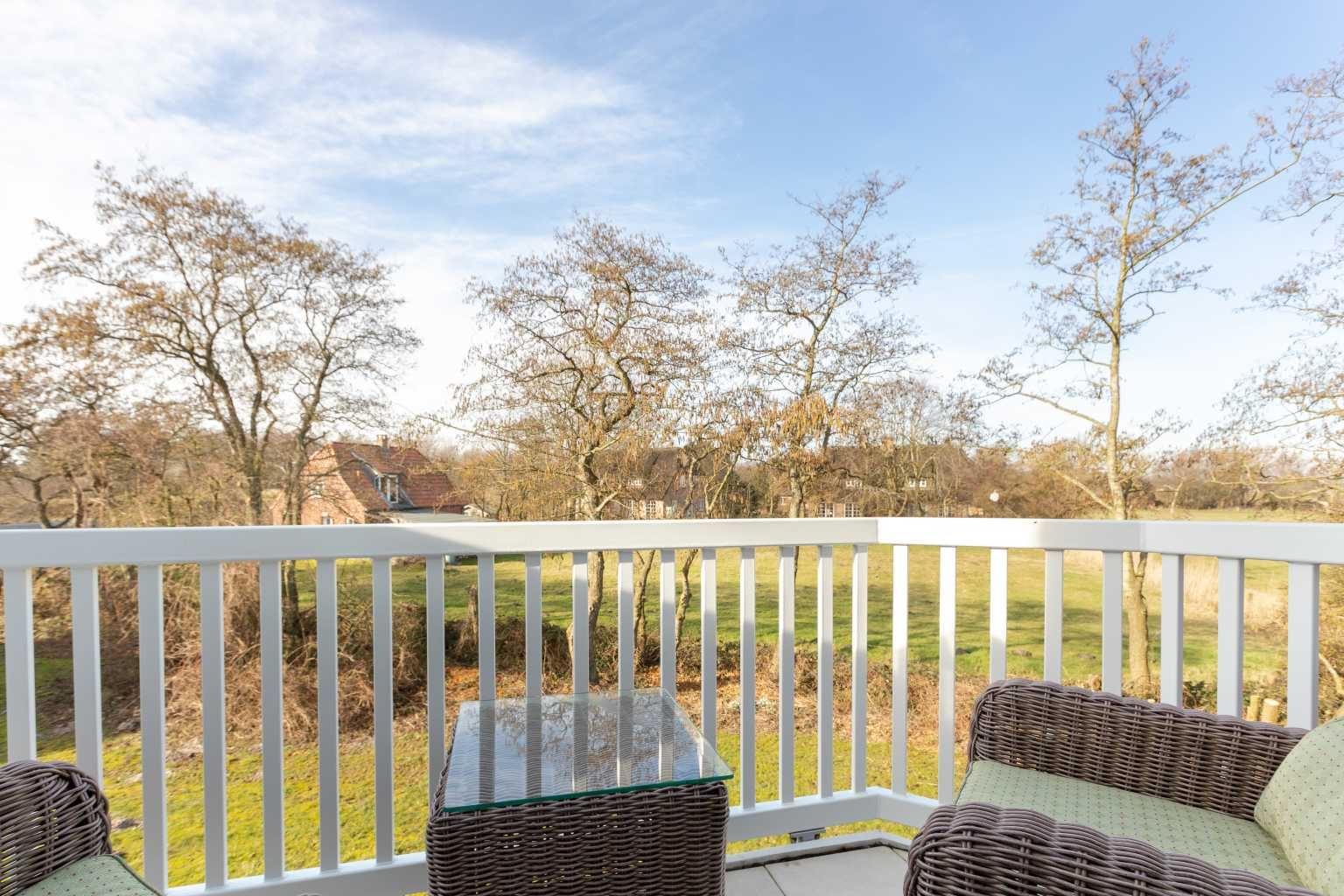 """Balkon mit Blick auf den Garten - St Peter Ording Bad, Haus Sommerdeich, Wohnung 4B """"Westmarkenpalais"""""""