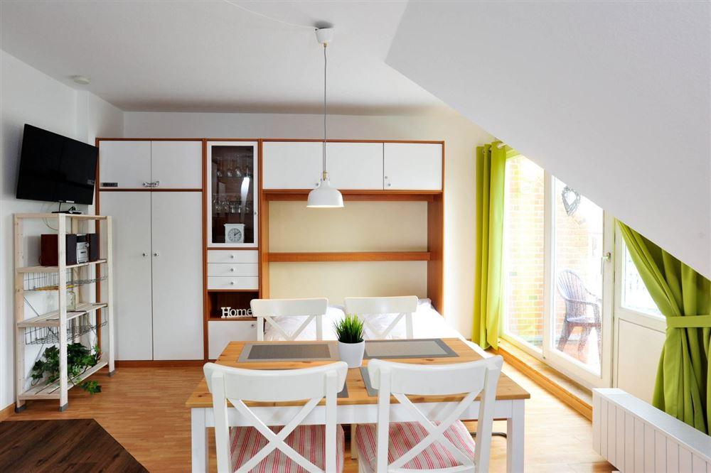 Wohnzimmer mit Schrankbett - Wanlik-Hues, Wohnung 5, 2-Zimmer-Ferienwohnung, Dorfstraße 27, St. Peter-Dorf