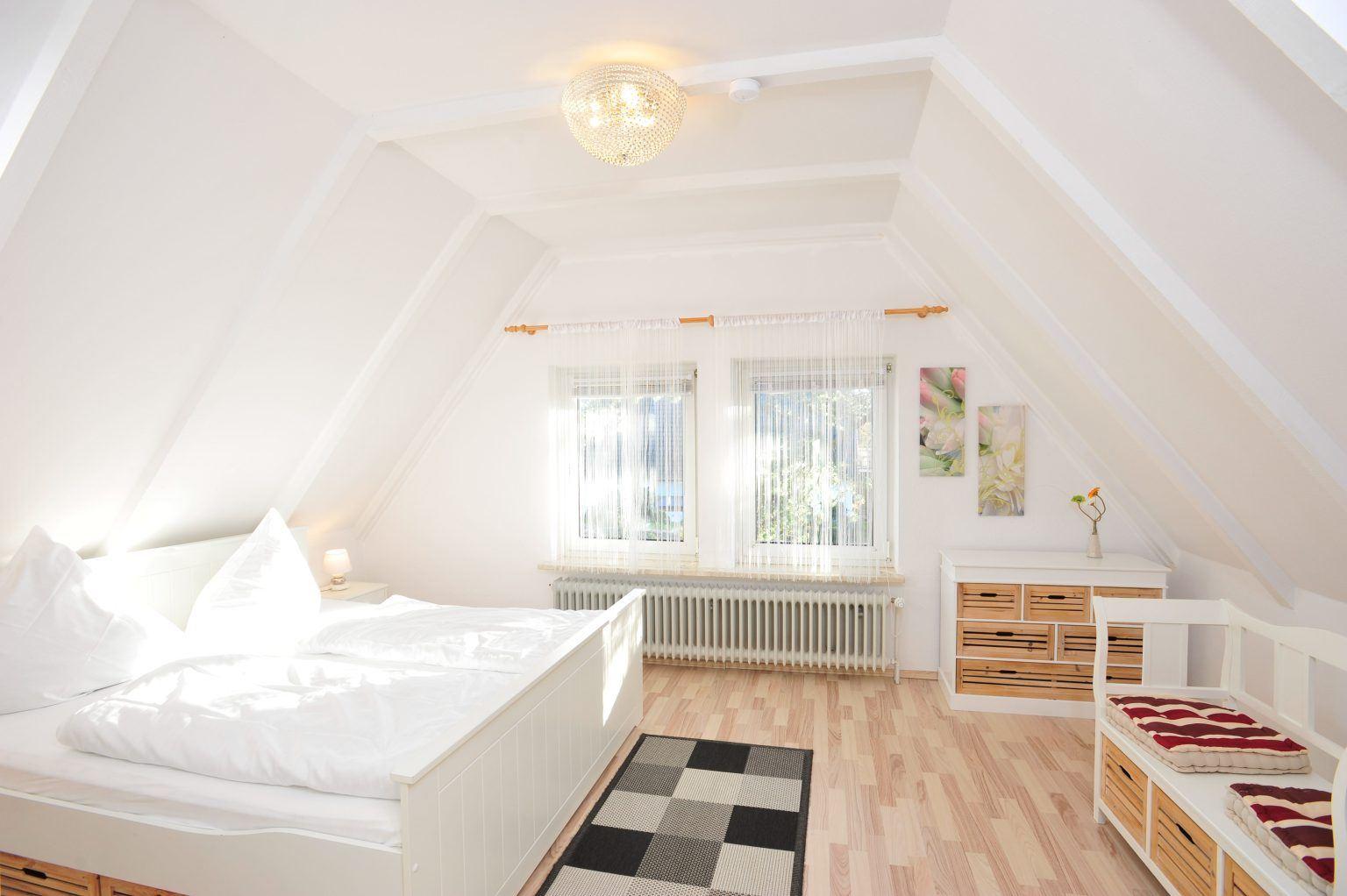 """1. Schlafzimmer Haus Kuddel und Hein, Haushälfte """"Kuddel"""", 4-Zimmer-Ferienhaus für bis zu 6 Personen, Gorch-Fock-Weg 31, St. Peter-Bad"""