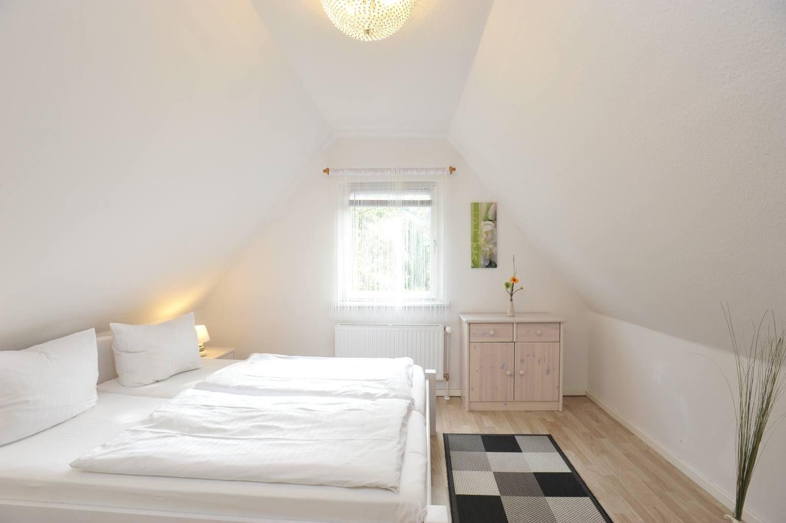 """1. Schlafzimmer - St Peter Ording Bad, Haus """"Kuddel und Hein"""", Haushaelfte """"Hein"""", Gorch-Fock-Weg 31"""