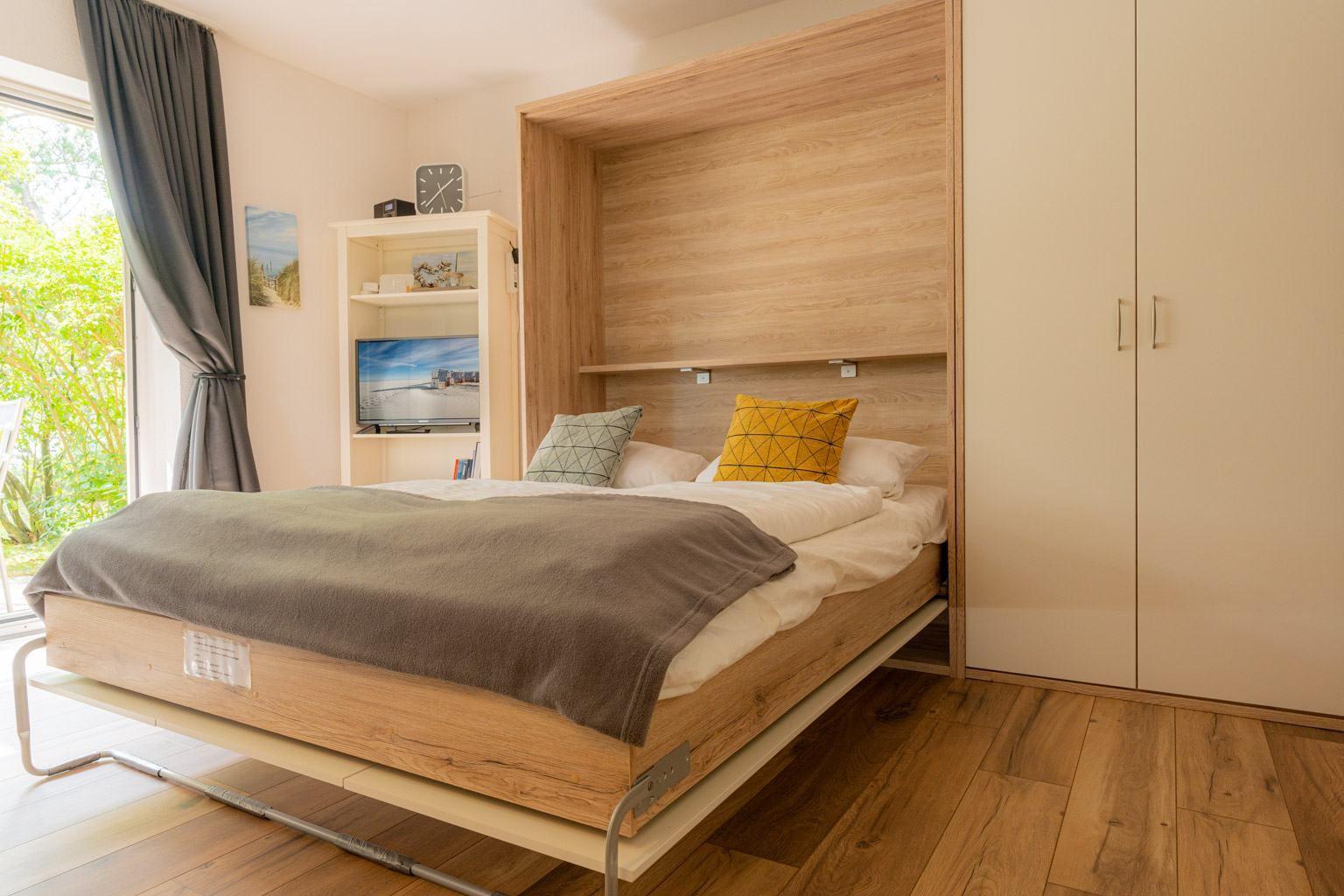 komfortable Schrankbett im Wohnzimmer