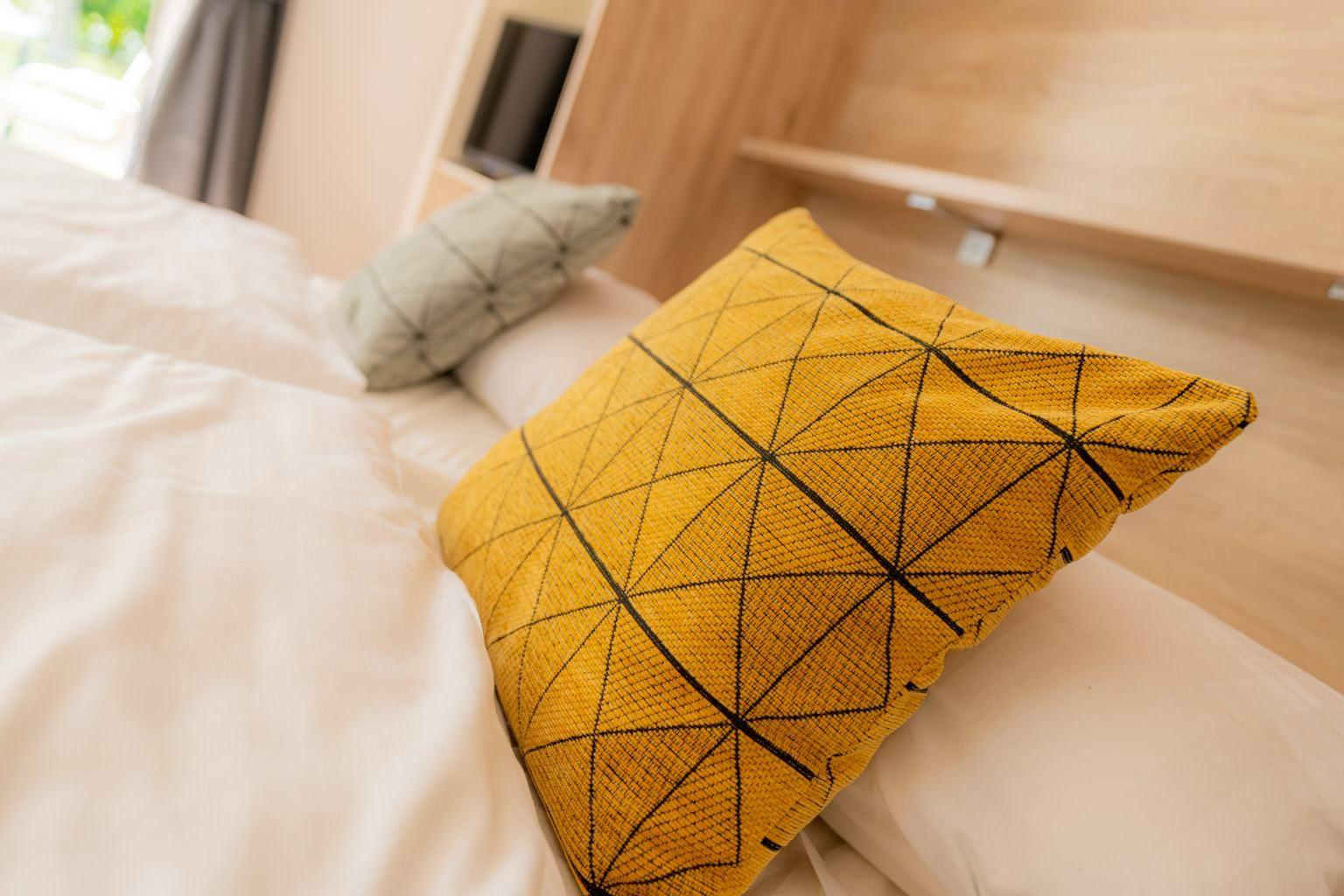 komfortables Schrankbett im Wohnzimmer