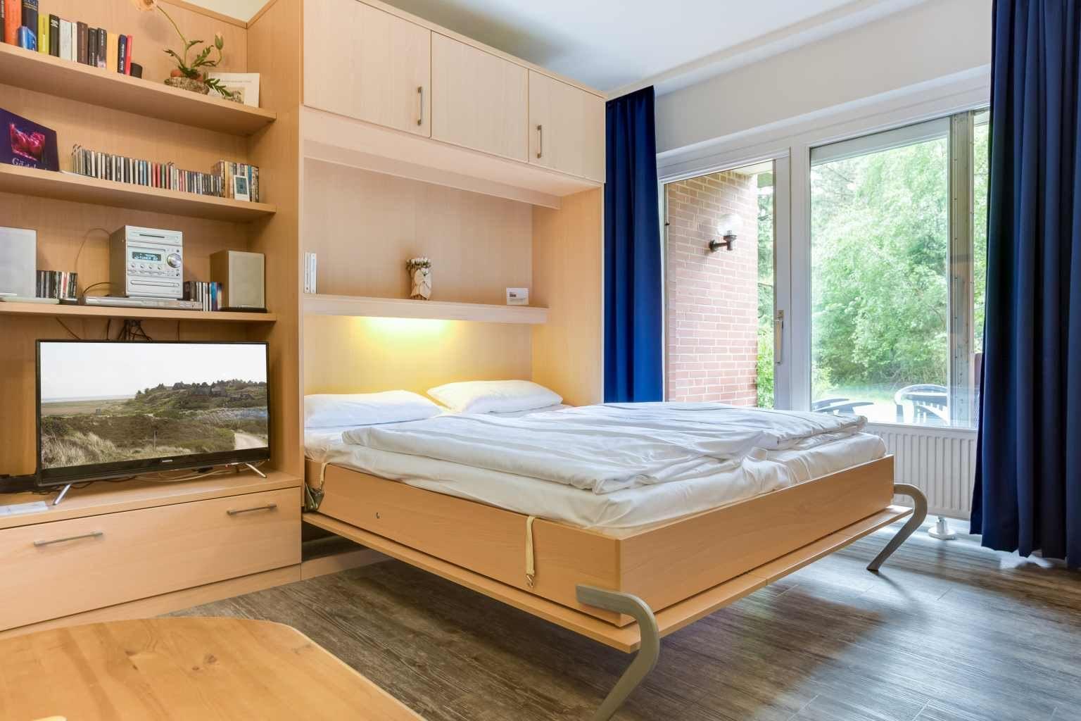 """Wohnzimmer mit Schrankbett """"Meeresrauschen"""", 2-Zimmer-Ferienwohnung, Alter Badweg 5, St. Peter-Bad"""