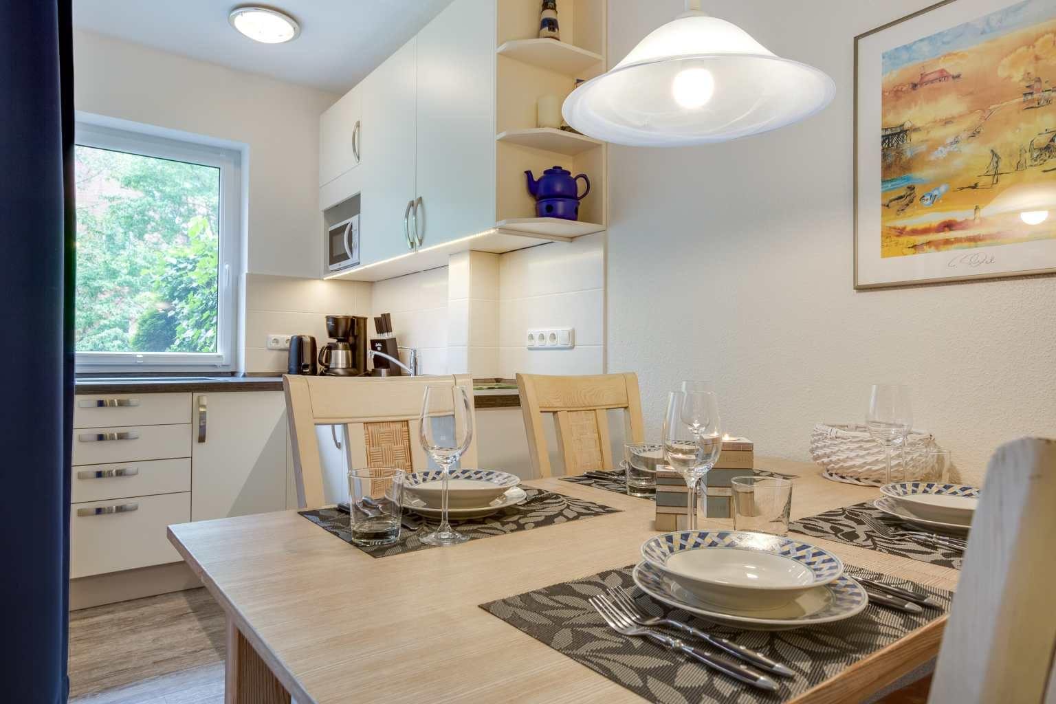 """Essbereich und Küche """"Meeresrauschen"""", 2-Zimmer-Ferienwohnung, Alter Badweg 5, St. Peter-Bad"""