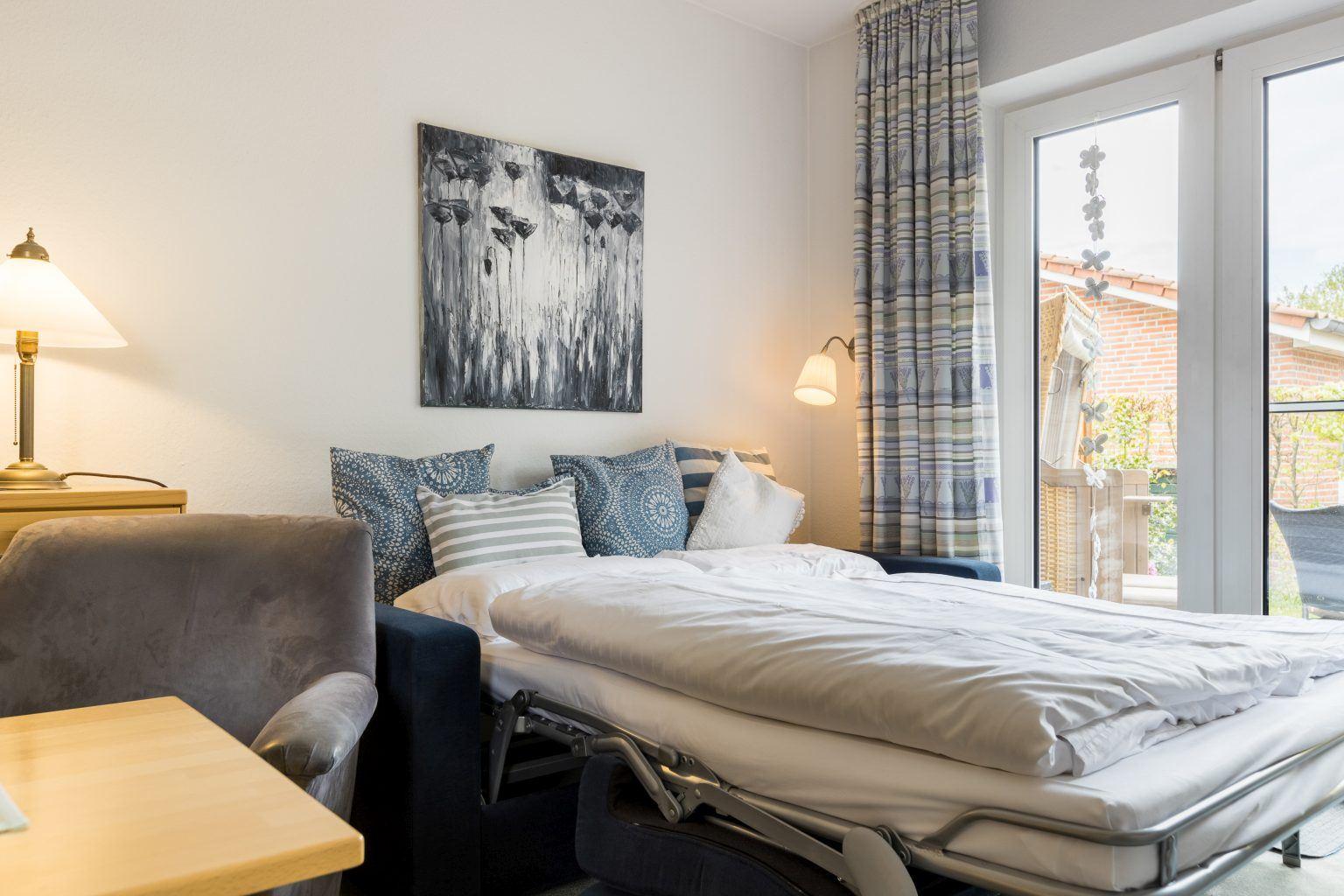 """Wohnzimmer mit Schlafsofa - St Peter Ording Dorf, Haus Duenenblick, Wohnung 1 """"Sonnenblick"""""""