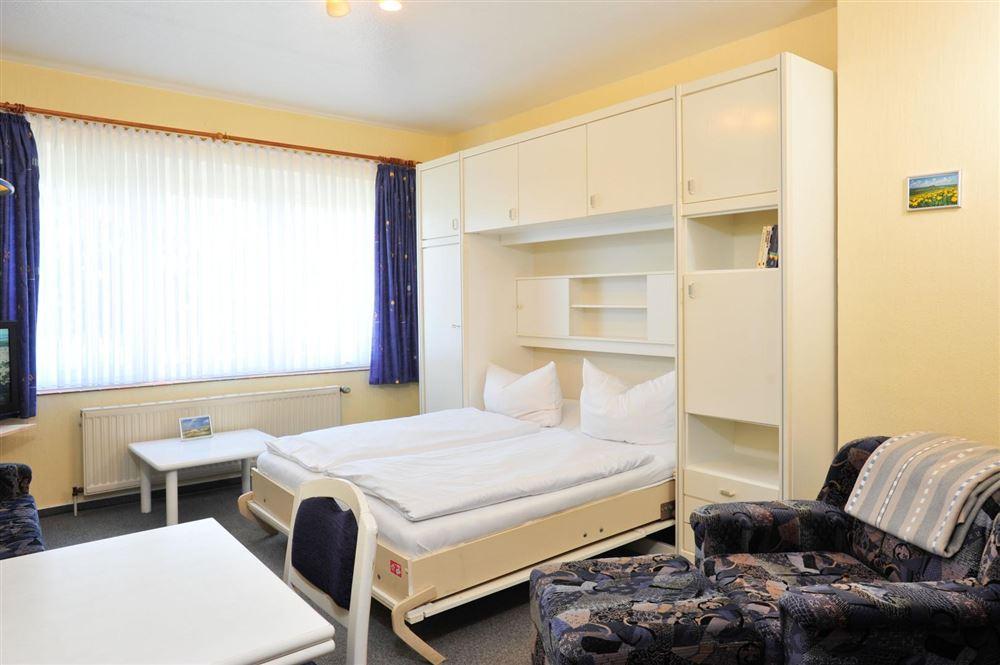 Wohnzimmer mit Schrankbett - Haus Everschop, Wohnung EG hinten, Norderdeich 7, St. Peter Ording