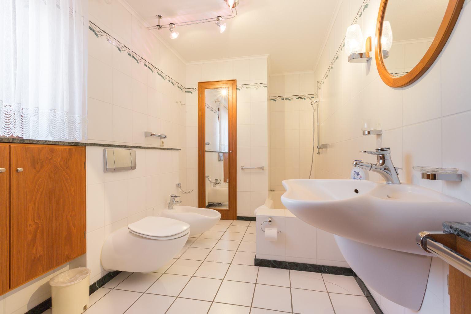 Badezimmer - Haus Jan Mayen, Wohnung EG links, Störweg 14-14a, St. Peter-Böhl