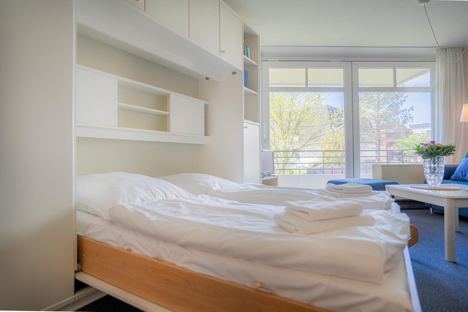 Wohnzimmer mit komfortablem Schrank-Doppelbett