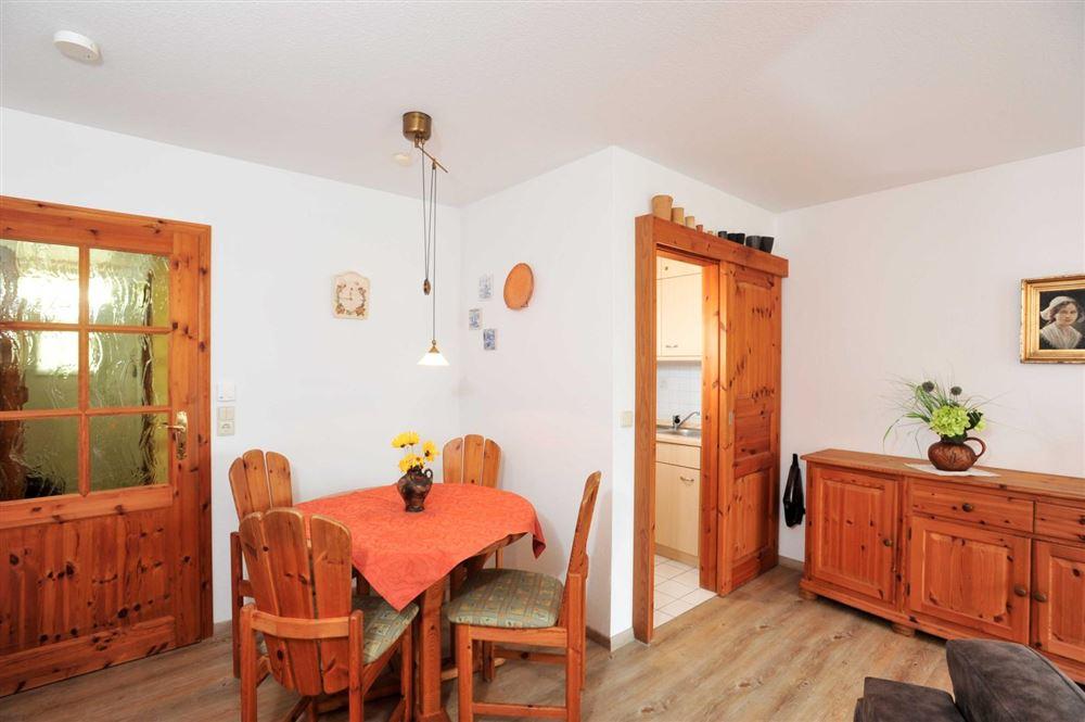 Wohnzimmer und halboffene Küche