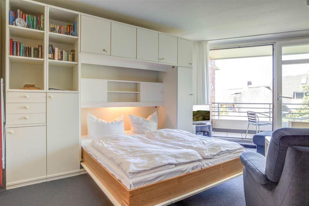 """Wohnzimmer mit Schrankbett Haus Quisana SPO, Wohnung 13 """"Wattläufer"""" , Strandpromenade 5-7, St. Peter-Bad"""