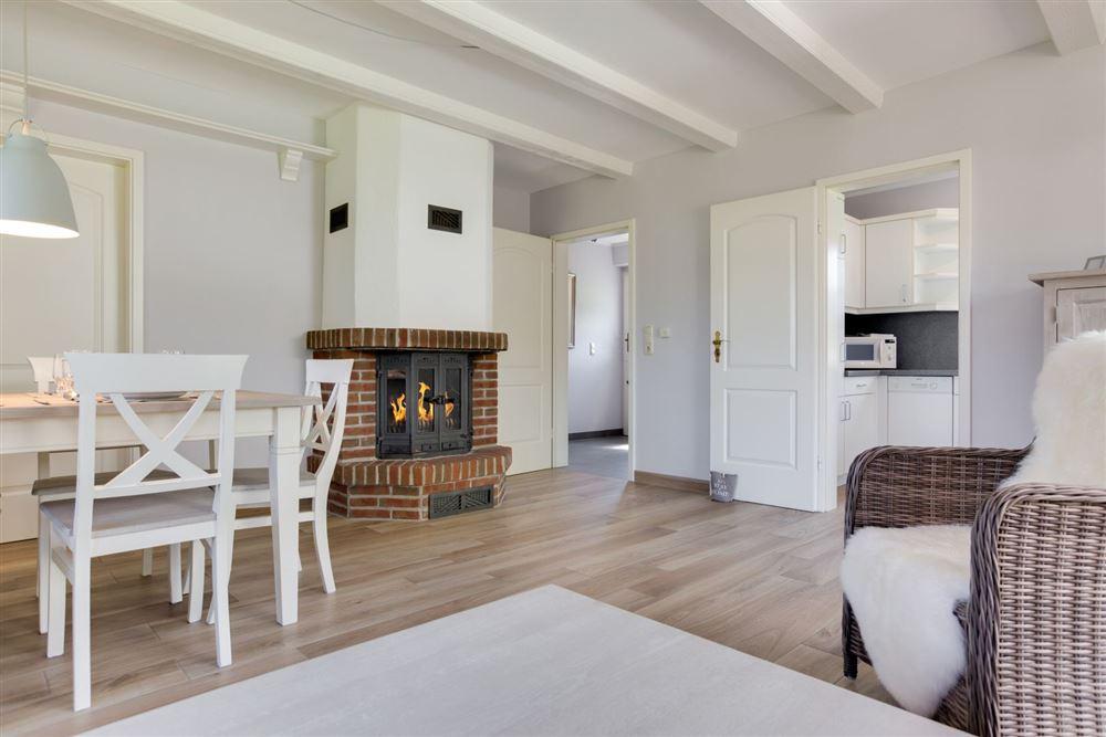 Wohnzimmer mit Kamin, FeWo SPO Haus Frieseneck, St. Peter-Ording