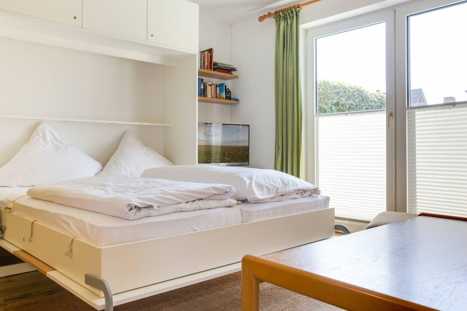 Wohnzimmer mit Schrankbett - St Peter Ording Dorf, Haus Badallee 28a, Wohnung Schwalbennest 2 (EG hinten)