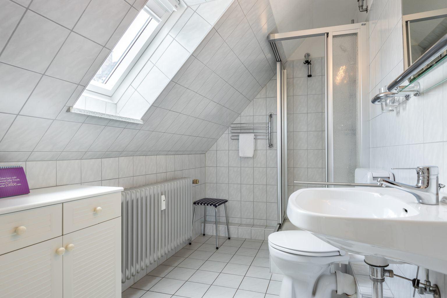 "Badezimmer - St Peter Ording Bad, Haus Colonia, Wohnung 7 ""Seehundskoje"""