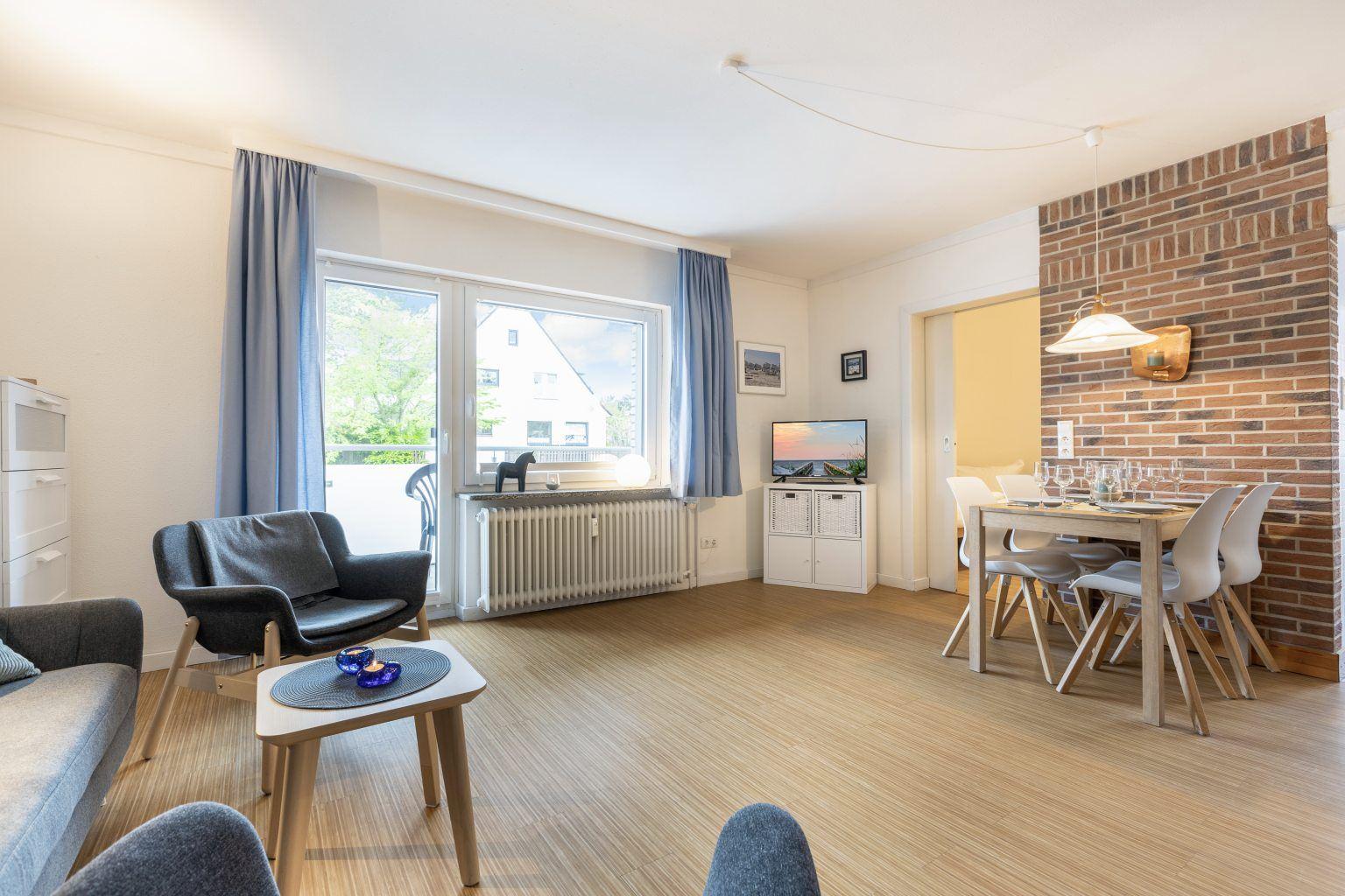 """Wohnzimmer mit Balkon - St Peter Ording Bad, Haus Colonia, Wohnung 1 """"Seestern"""", Im Bad 81"""
