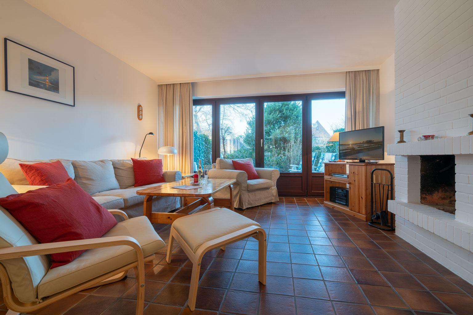 """Wohnzimmer mit Kamin - St Peter Ording Dorf, Ferienhaus Groener Weg 9, Hausteil 7 """"Grube"""""""