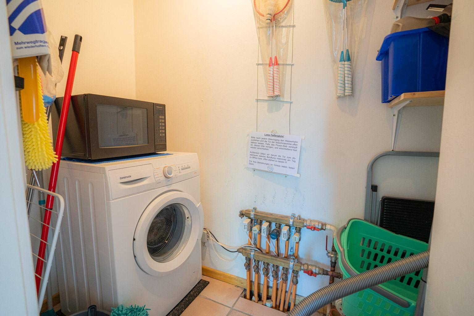 Hauswirtschaftsraum mit Waschmaschine
