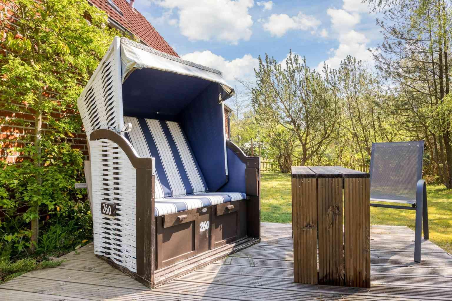 Sonnenfreisitz im Garten mit Strandkorb