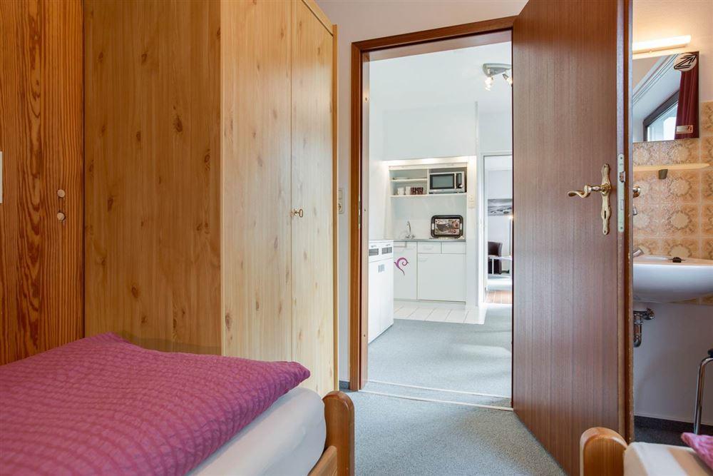 Schlafzimmer mit Waschtisch
