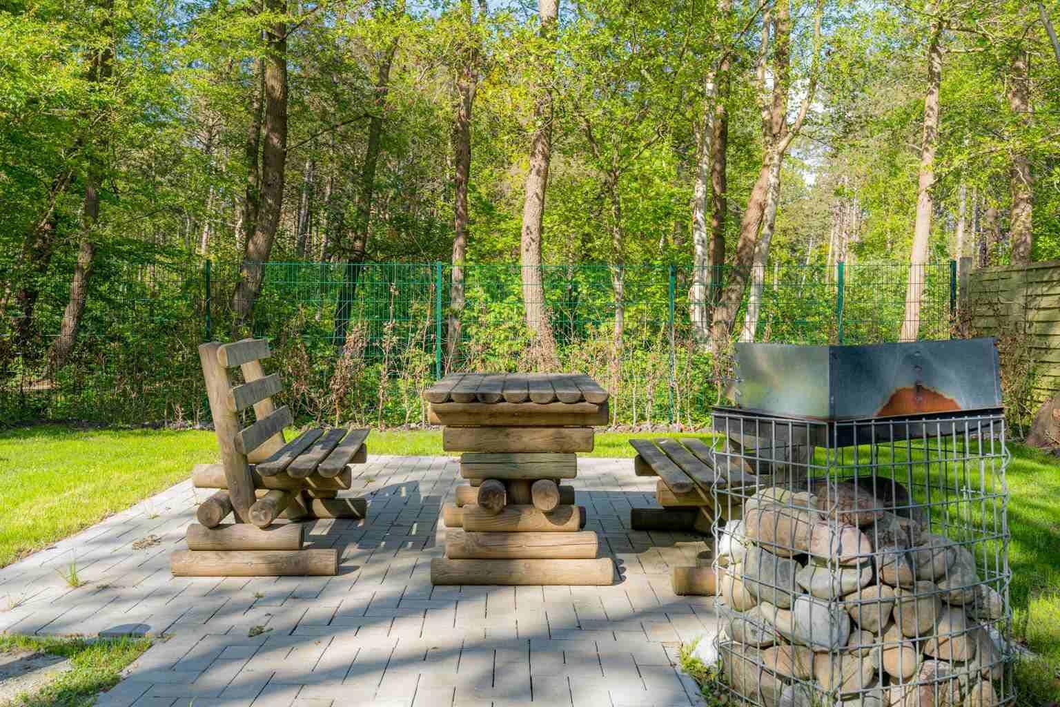 Gemeinschaftlicher Garten mit Grill-Stationen