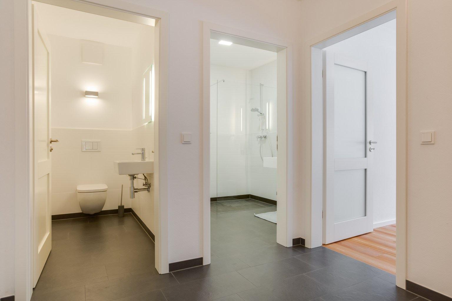 "Flur mit Bad und WC - St Peter Ording Umgebung, The Old Barn, Suite ""Lena"", Koogstraße 9, Tümlauer Koog"