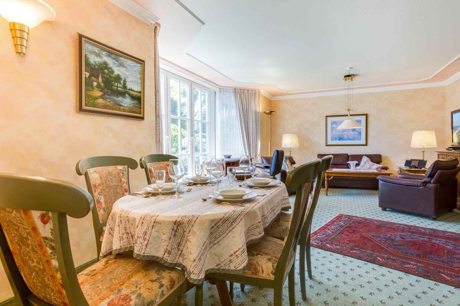 Essbereich im Wohnzimmer - St Peter Ording Bad, Kurparkvilla, Wohnung 1 Kaminsuite