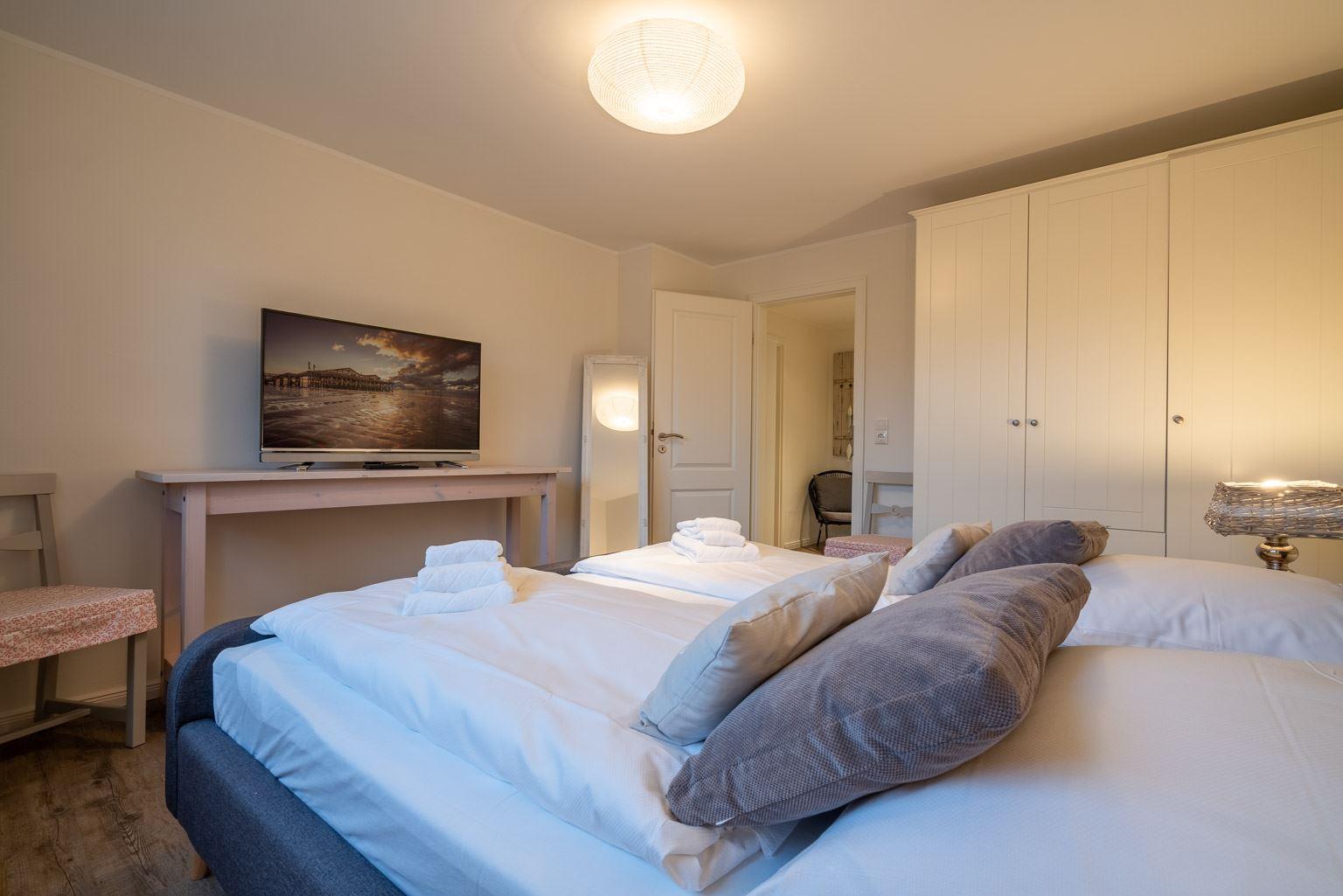 1. Schlafzimmer mit TV