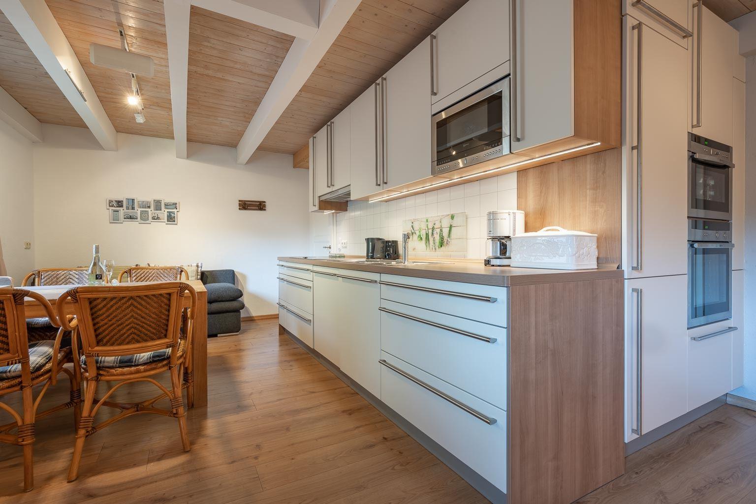 """Küche der Extra-Klasse für höchste Ansprüche - St Peter Ording Dorf, Ferienhaus Gartenweg 3, Wohnung 2 """"Strandflieder"""""""