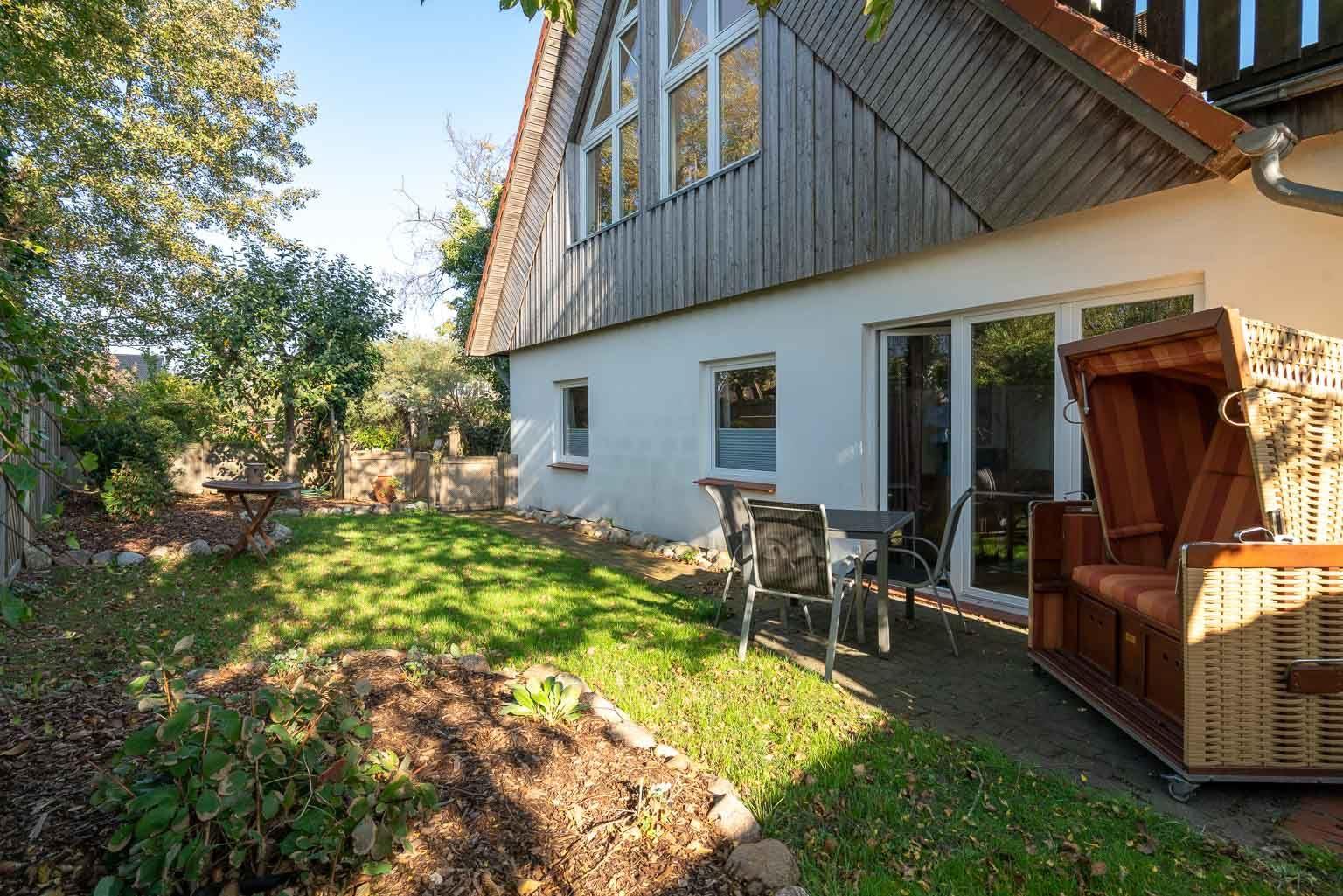"""Gartenterrasse - St Peter Ording Dorf, Ferienhaus Gartenweg 3, Wohnung 2 """"Strandflieder"""""""