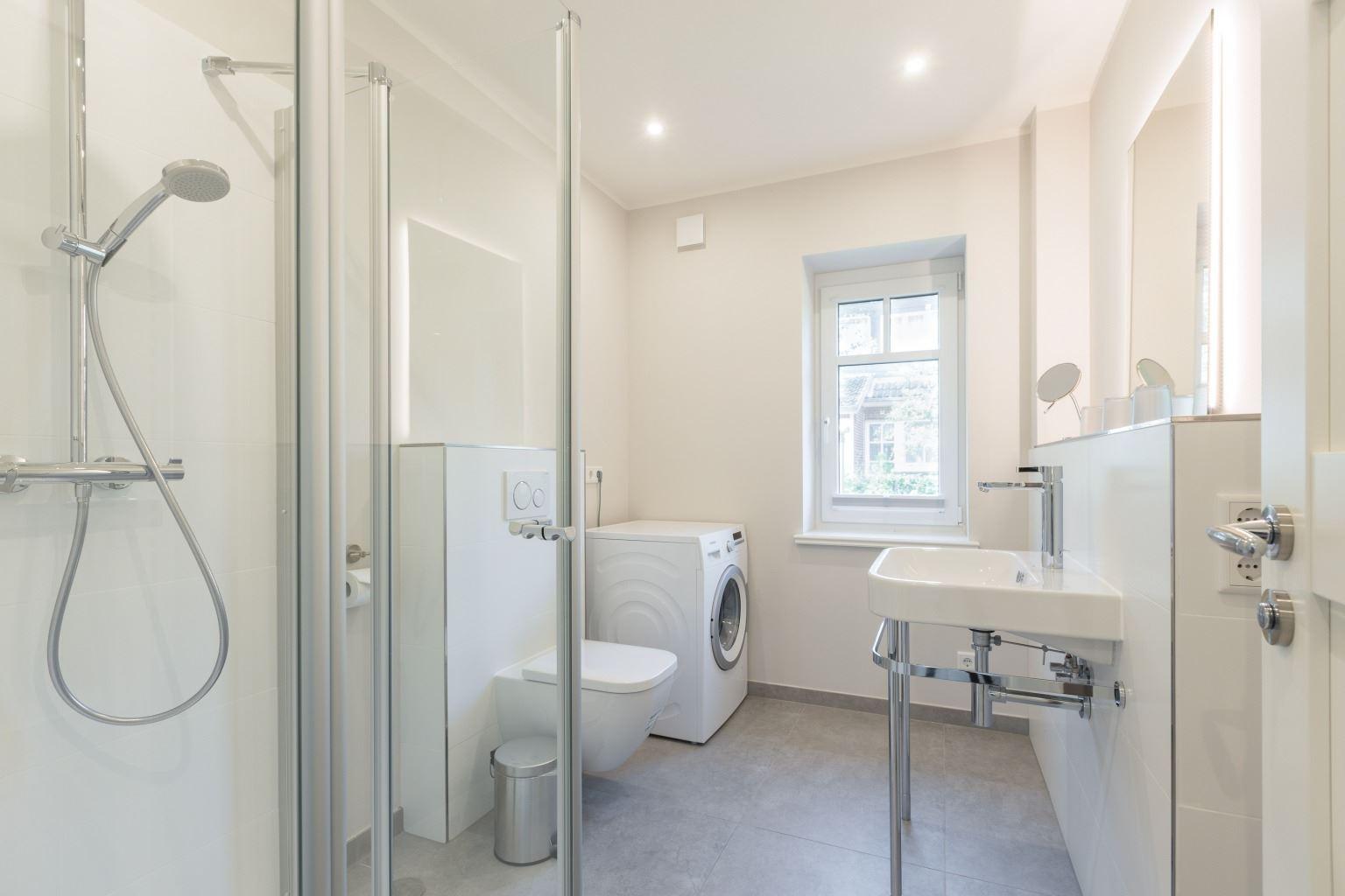 1. Badezimmer mit Waschmaschine