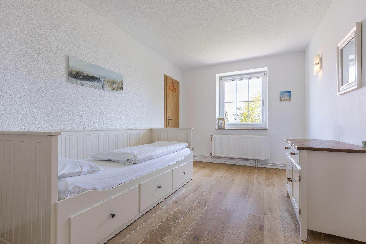 """4. Schlafzimmer - St Peter Ording Umgebung, Ferienhaus """"Liebevoll"""", Möhlenbarg 9, Tating"""