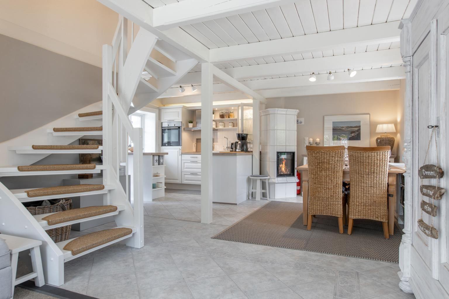 Wohnzimmer mit Essbereich und Küche