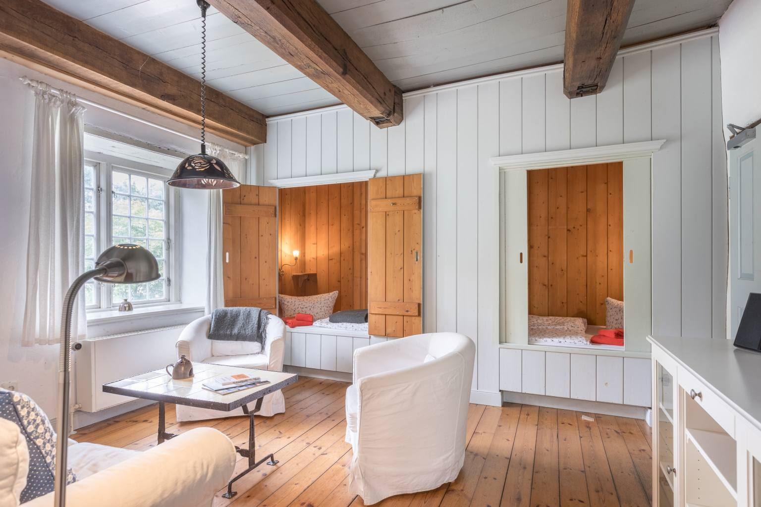 Wohnzimmer mit zwei Alkoven-Einzelbetten